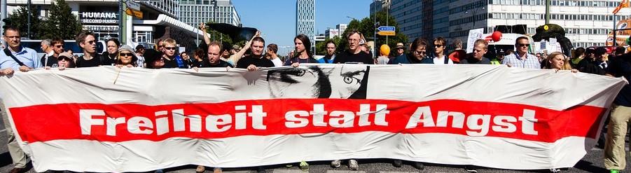 freiheit statt angst, banner mit menschen auf demo