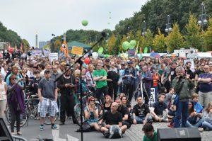 Demonstrierende während der Auftaktkundgebung